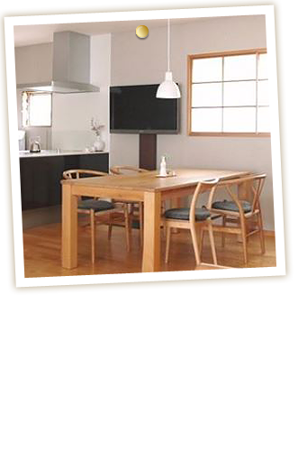 わずかな壁部分を利用してテレビが置けました。設置時に、高さを自由に選べるテレビスタンドなのでダイニングに座った時にちょうどいい高さにテレビを設定することができました。
