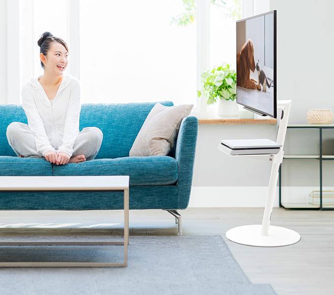 女性がanataIROを使ってテレビを見ている画像
